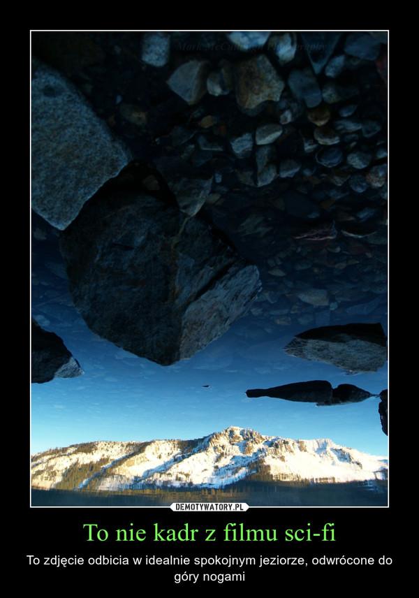 To nie kadr z filmu sci-fi – To zdjęcie odbicia w idealnie spokojnym jeziorze, odwrócone do góry nogami