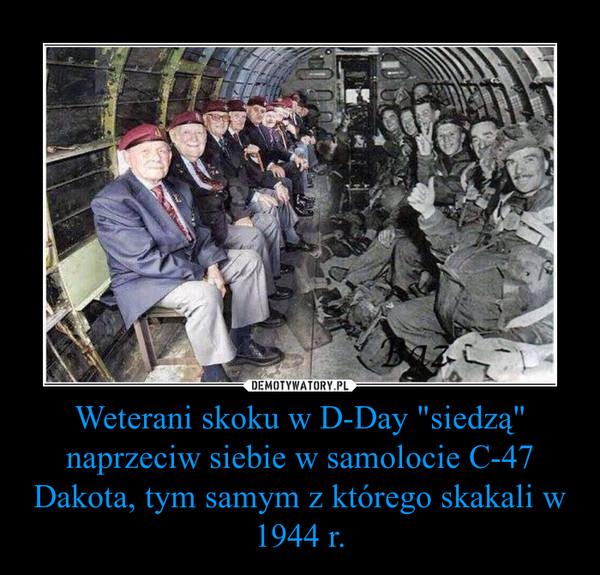 """Weterani skoku w D-Day """"siedzą"""" naprzeciw siebie w samolocie C-47 Dakota, tym samym z którego skakali w 1944 r. –"""