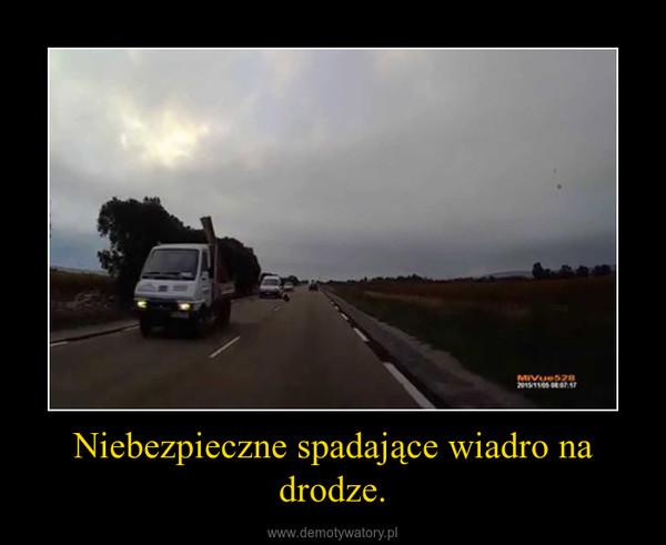 Niebezpieczne spadające wiadro na drodze. –