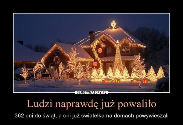 Ludzi naprawdę już powaliło – 362 dni do świąt, a oni już światełka na domach powywieszali
