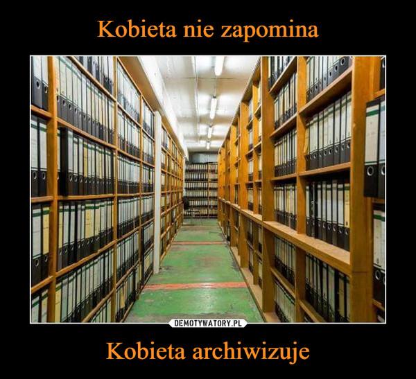 Kobieta archiwizuje –