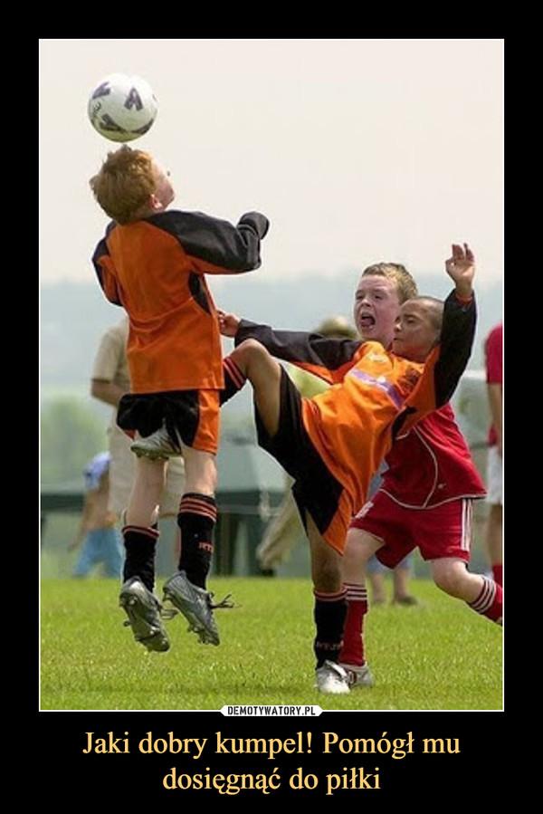 Jaki dobry kumpel! Pomógł mu dosięgnąć do piłki –