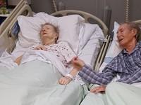 Wzruszająca historia pary staruszków, którzy byli nierozłączni przez 67 lat – Bert Whitehead i jego żona Beatrice wzięli ślub 67 lat temu i do tej pory byli nierozłączni.Niestety pech chciał, że w zeszłym roku uderzyła ich tragedia. Beatrice została zawieziona do szpitala, ponieważ chorowała na raka kości. Kilka tygodni później Bert również podupadł na zdrowiu i również został przyjęty na oddział.Para była na różnych oddziałach z powodu różnych powodów przyjęcia. Jedynym sposobem aby zobaczyć swoją żonę było przejechanie do niej na wózku inwalidzkim.Ale teść Stephen Hall mówi, że personel przeniósł ich do tego samego pokoju aby czas który im pozostał mogli spędzić razem.Kiedy spotkali się razem na twarzy Berta pojawił się najszczerszy uśmiech jaki kiedykolwiek widziałam. To była naprawdę wzruszająca chwila. Byli całkowicie błyskotliwi i personel chciałby im podziękować za możliwość poznania ich.Royal Bolton Hospital wydał oświadczenie : '' Podejmujemy wszystkie możliwe kroki aby wspierać pacjentów i ich krewnych, gdy są ku końcowi życia. Wiemy jak czasem małe rzeczy dla innych mają ogromne znaczenie. Jak ważne było dla pana Berta aby znajdował się blisko żony w tym trudnym czasie.''Niestety Beatrice zostało zaledwe kilka dni życia.Ich córka Suzanne mówi, że spędzili ze sobą mnóstwo cudownych chwil.Beatrice miała zaledwie 15 lat kiedy to postanowili się pobrać w 1950 r. kiedy Bert wrócił ze służby krajowej. Mają troje dzieci, szcześciu wnuków i pięciu prawnuków.