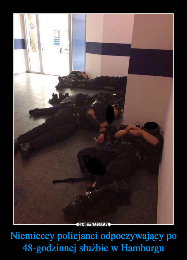 Niemieccy policjanci odpoczywający po 48-godzinnej służbie w Hamburgu –