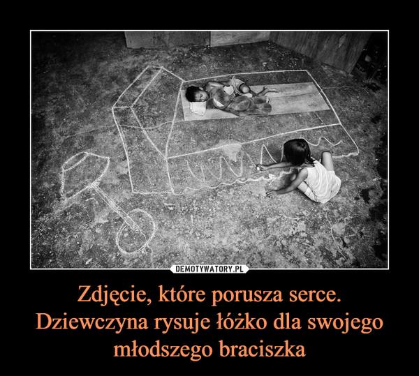Zdjęcie, które porusza serce. Dziewczyna rysuje łóżko dla swojego młodszego braciszka –