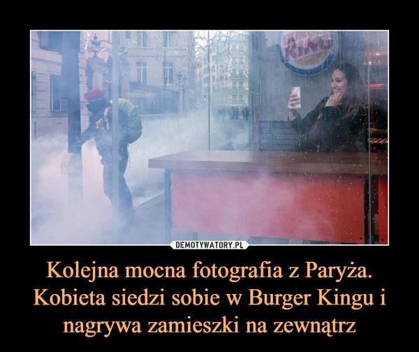 Kolejna mocna fotografia z Paryża. Kobieta siedzi sobie w Burger Kingu i nagrywa zamieszki na zewnątrz –