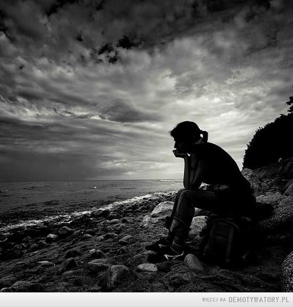 Mój osobisty megademotywator – Prawie 6 lat temu poznałam faceta. Facet z pasją i marzeniami, ale tkwiący w kiepskim towarzystwie. W ciągu tych kilku lat zawsze byłam, wspierałam, wręcz siłą odciągałam od ciągnącego w dół towarzystwa. Pożyczyłam mu sporo pieniędzy na rozkręcenie własnego biznesu i pomagałam go budować. Alkohol i narkotyki zostały całkiem wyparte przez pracę na sobą i własnym sukcesem. Teraz powinno być i żyjemy długo i szczęśliwie. Jednak kiedy ja potrzebowałam wsparcia, bo straciłam bliską osobę zostałam sama. Facet z dnia na dzień zerwał kontakt, pieniędzy nie oddał i zachowuje się jakbym nigdy nie istniała. Ktoś kogo kochałam i kto podobno kochał mnie wykreślił mnie ze swojego życia.