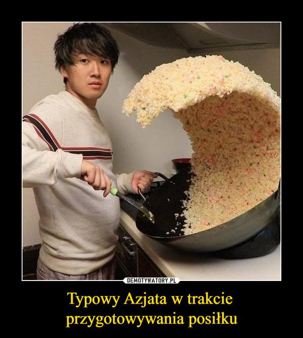 Typowy Azjata w trakcie przygotowywania posiłku –