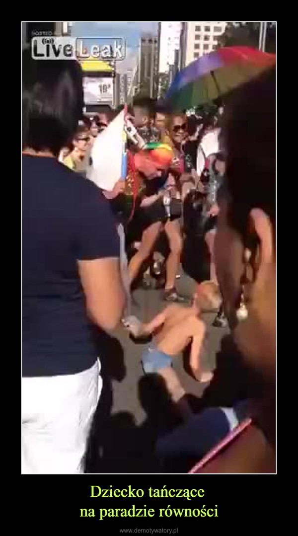 Dziecko tańczące na paradzie równości –