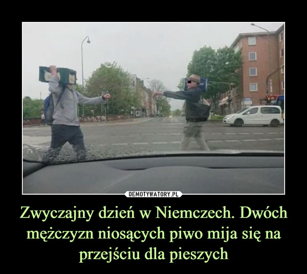Zwyczajny dzień w Niemczech. Dwóch mężczyzn niosących piwo mija się na przejściu dla pieszych –