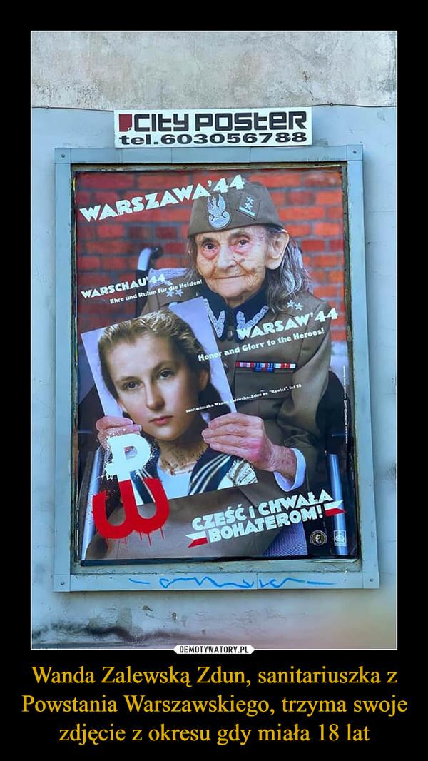 Wanda Zalewską Zdun, sanitariuszka z Powstania Warszawskiego, trzyma swoje zdjęcie z okresu gdy miała 18 lat –