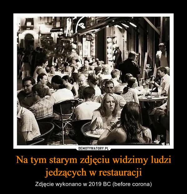 Na tym starym zdjęciu widzimy ludzi jedzących w restauracji – Zdjęcie wykonano w 2019 BC (before corona)