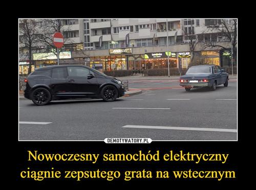 Nowoczesny samochód elektryczny ciągnie zepsutego grata na wstecznym