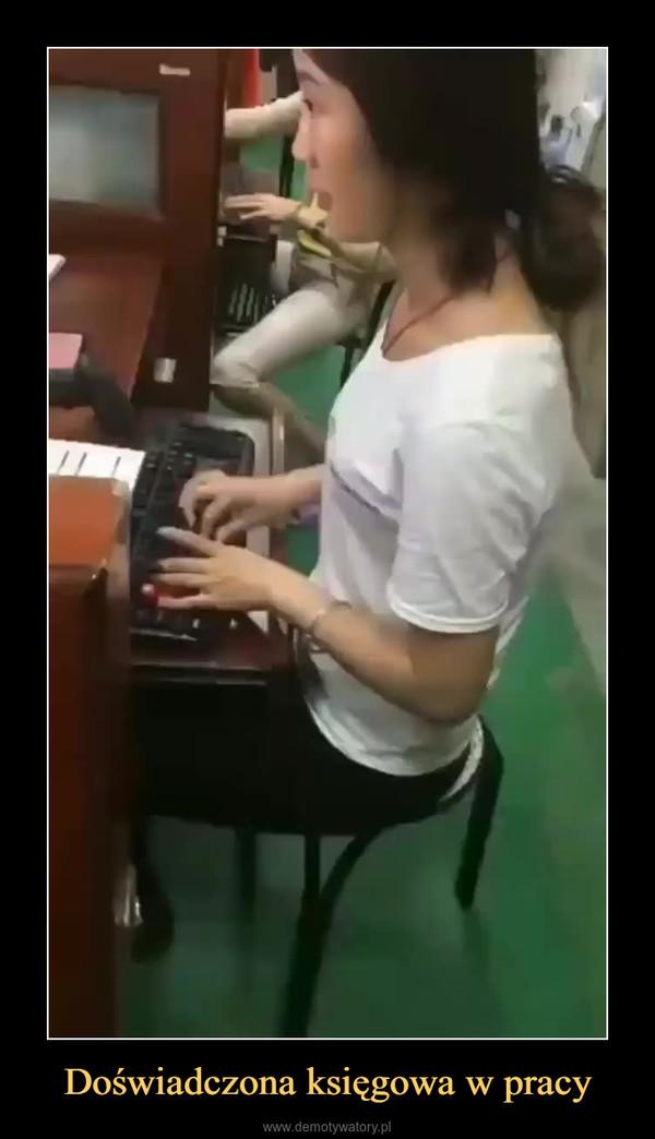 Doświadczona księgowa w pracy –